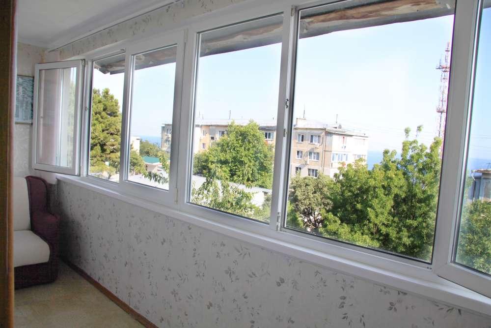 Видовая трехкомнатная квартира с ремонтом и мебелью в Алупке 2