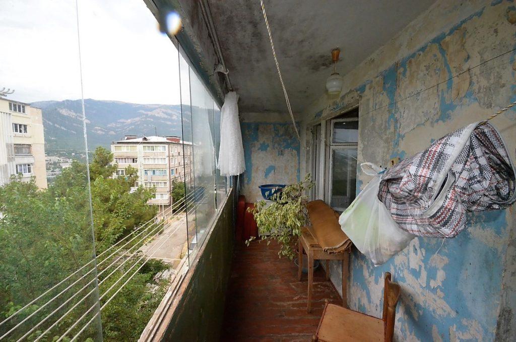Видовая двухкомнатная квартира под ремонт в Ялте 10