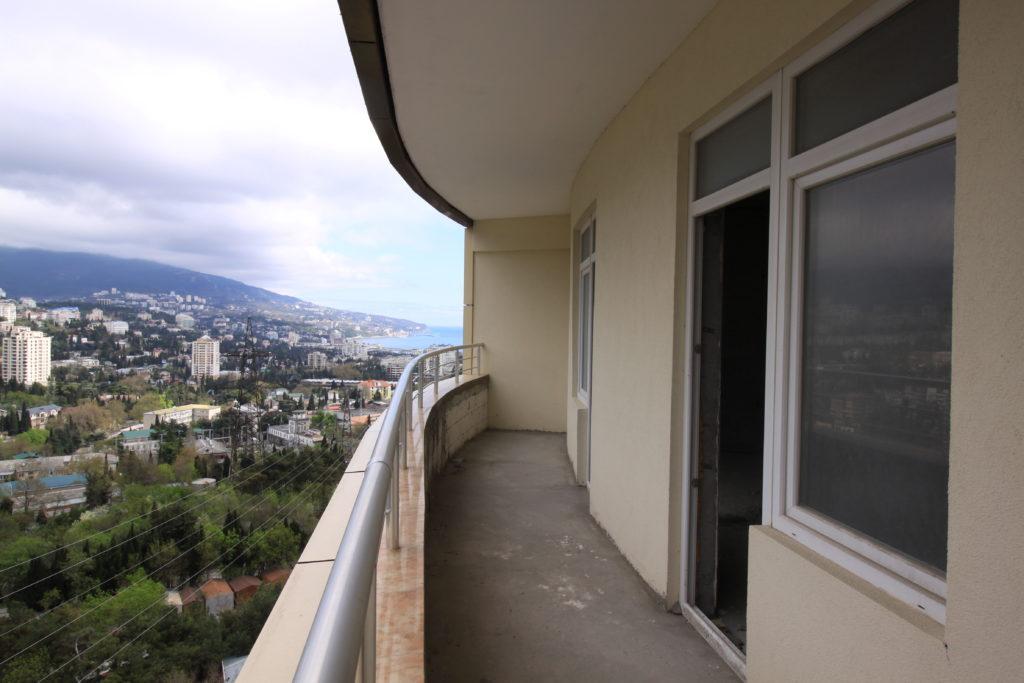 Двухкомнатная квартира с видом на море и просторным балконом в новом доме 10