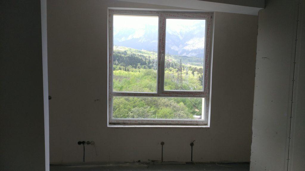 Светлая двухкомнатная квартира с видом на горы 1