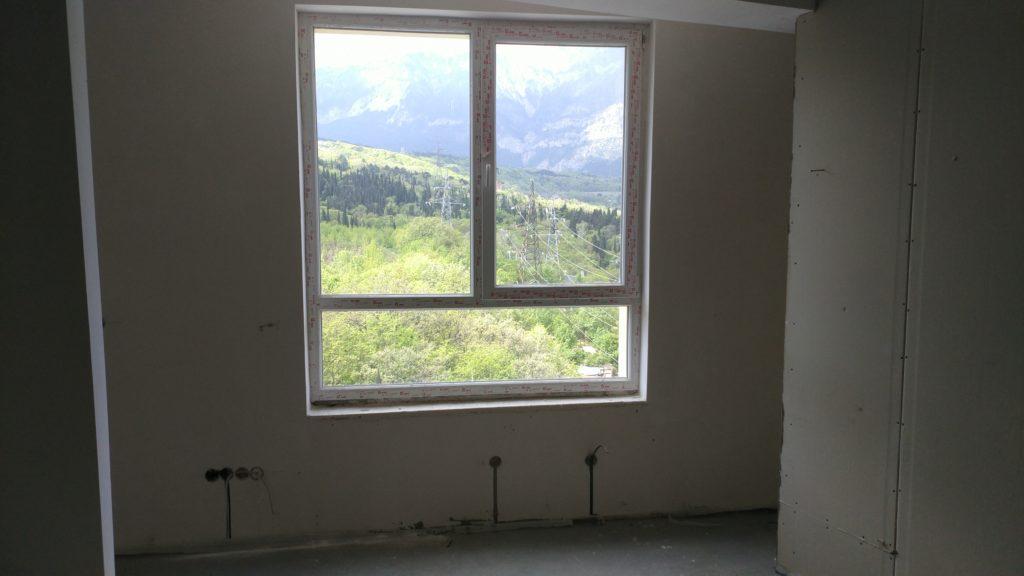 Светлая двухкомнатная квартира с видом на горы 10