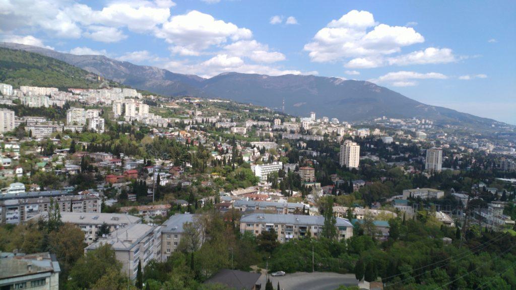 Светлая двухкомнатная квартира с видом на горы 16