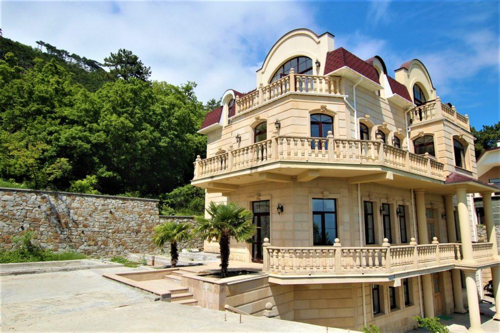 Дом расположен в окружении Крымских сосен 2