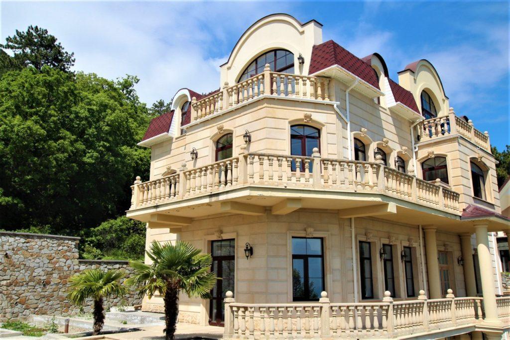 Дом расположен в окружении Крымских сосен 1