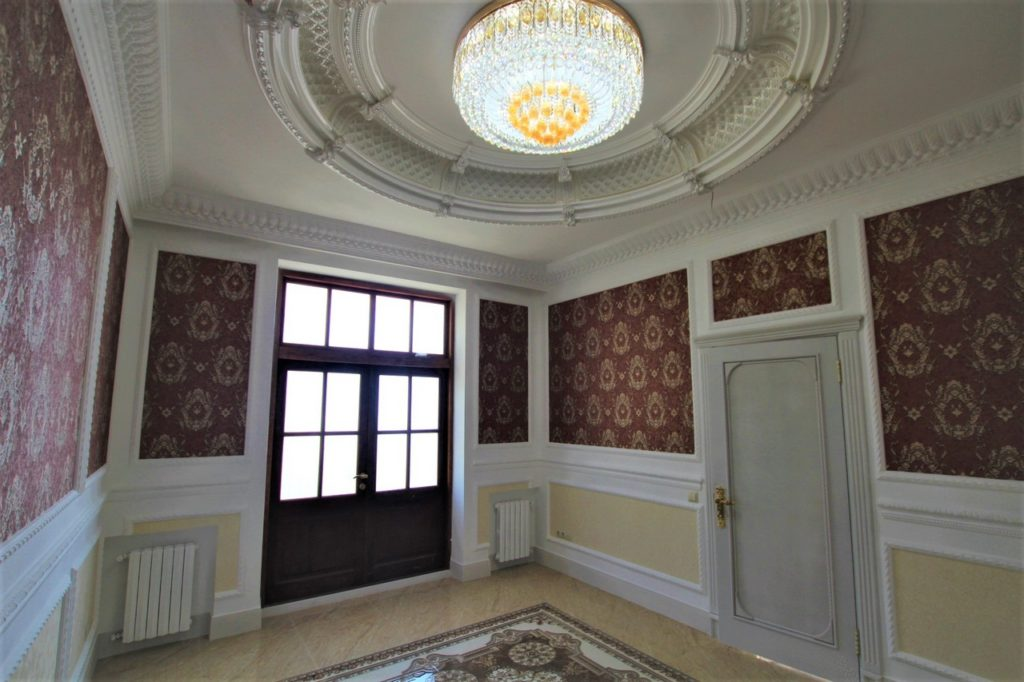 Дом расположен в окружении Крымских сосен 9