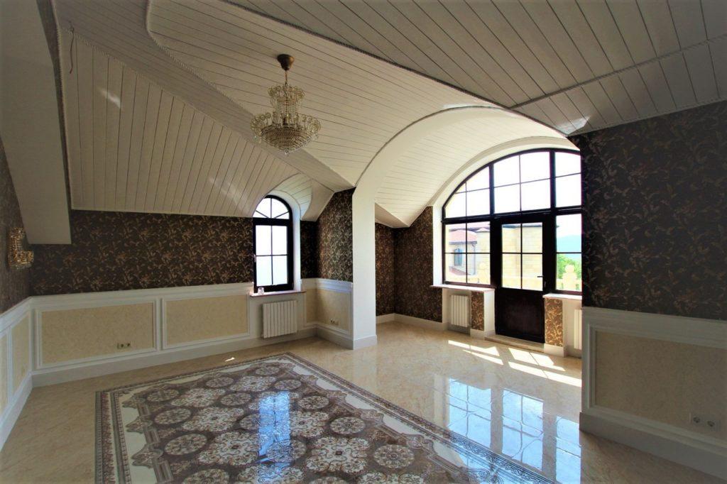 Дом расположен в окружении Крымских сосен 36